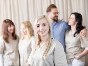 Regelmäßige Kontrolluntersuchungen und professionelle Zahnreinigung beim Zahnarzt