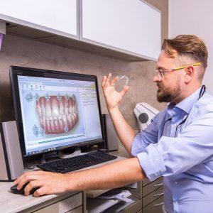 Moderne Zahnregulierung mit der herausnehmbaren Zahnspange